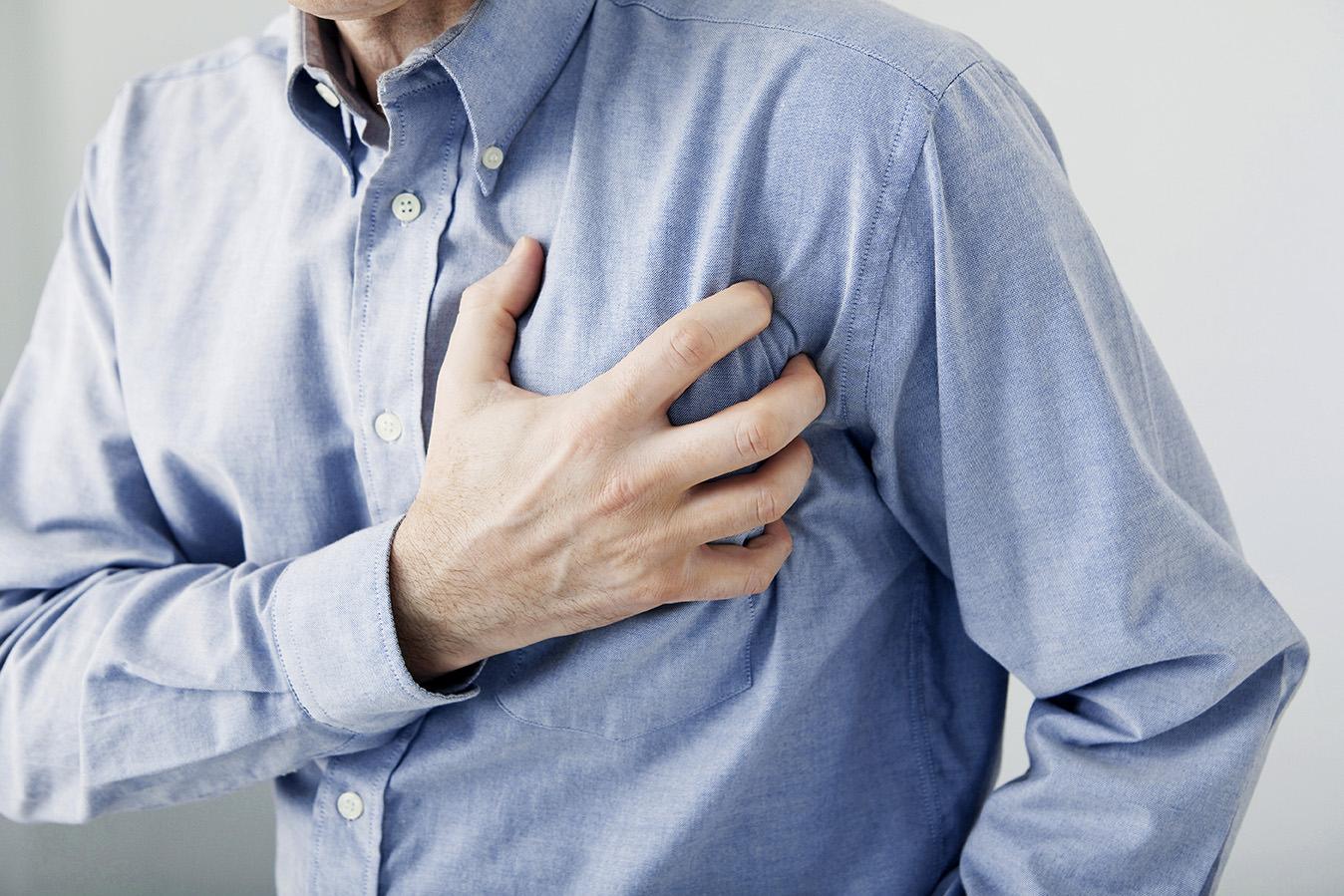 Mann mit Herzanfall